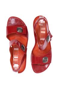 Vabeene - lack-sandaletten mit schmuck-knöpfen -